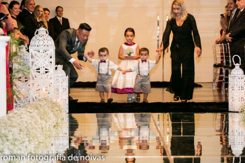 tnPagens-e-dama-seguindo-ao-altar